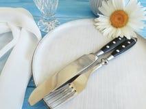 Manzanilla, placa, bifurcación, abastecimiento del verano de la cena del banquete del cuchillo de la celebración en un fondo de m Imagenes de archivo