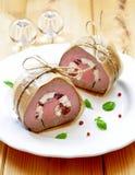 Manzo al forno con il formaggio ed i pomodori secchi della capra Fotografia Stock Libera da Diritti
