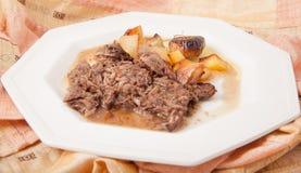 Manzo brasato con le patate e le cipolle Fotografie Stock