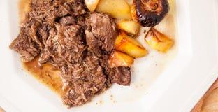 Manzo brasato con le patate e le cipolle Immagine Stock
