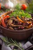 Manzo con il fagiolo rosso e le verdure in vaso Fotografie Stock