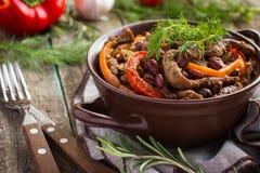 Manzo con il fagiolo rosso e le verdure in vaso Fotografia Stock