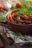 Manzo con il fagiolo rosso e le verdure in vaso Immagini Stock