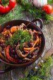 Manzo con il fagiolo rosso e le verdure in vaso su fondo rustico Immagine Stock