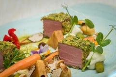 Manzo in crosta del pepe con i funghi, i tartufi e le verdure Fotografia Stock