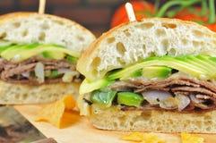 Manzo di arrosto e panino dell'avocado Fotografia Stock Libera da Diritti