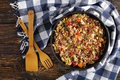Manzo e risi a grani lunghi succosi tagliuzzati immagine stock