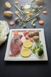 Manzo fresco crudo della carne cruda pronto alla cottura con il parsle delle cipolle fotografie stock