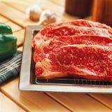 Manzo grezzo fresco sulla tabella di cucina Fotografia Stock