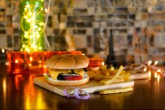 Manzo Patty Burger con formaggio e le patate fritte fotografie stock libere da diritti
