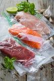 Manzo, pollo e salmone nel sacchetto di plastica di vuoto per la cottura sous di vide fotografie stock