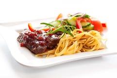 Manzo in salsa del vino rosso con pasta Fotografia Stock Libera da Diritti