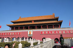Mao Cetung stående, ingång av porten av himla- fred, Peking arkivfoto