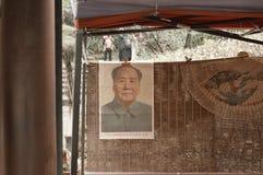 Mao Zedong-beeld het hangen in de Lotus Pond-tuin stock fotografie