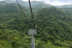 Maokong在一个多小山风景上的缆车在台北 免版税库存图片