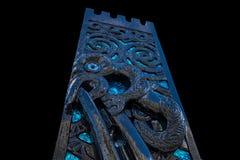 Maori απομονωμένο ο Μαύρος υπόβαθρο γλυπτικών Στοκ Εικόνες