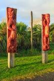 Maori ξύλινες γλυπτικές στους πόλους Tauranga, Νέα Ζηλανδία στοκ φωτογραφία με δικαίωμα ελεύθερης χρήσης