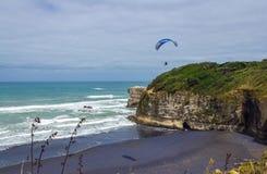 Maori Bay - playa Auckland Nueva Zelanda de Muriwai imagen de archivo
