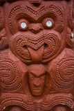 Maori Carving con la lengua hacia fuera foto de archivo libre de regalías