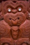 Maori Carving mit der Zunge heraus lizenzfreies stockfoto