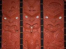 Maori- hölzerne Carvings stockfotografie