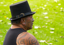 Maori- Mann, der traditionelle Gesichtstätowierung anzeigt. Lizenzfreie Stockbilder