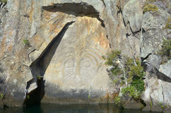 Maori Rock Carving på sjön Taupo Nya Zeeland royaltyfri foto