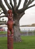 Maori- schnitzende hölzerne Zahl der Art von Tupu ein Rangi Stockfotografie