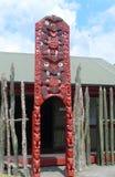 Maori som snider på Te Puia Maori Arts och hantverk institut, Rotorua, Nya Zeeland Royaltyfri Fotografi