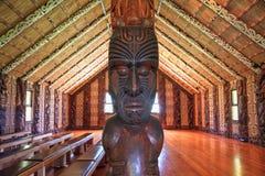 Maoricarvings i ett mötehus i Waitangi, Nya Zeeland arkivbild