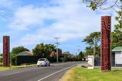 Maoricarvings välkomnar besökare till Maketu, Nya Zeeland royaltyfri foto