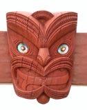 Maoridesignhuvudet som snidas i trä med pauaskalet, synar arkivfoton