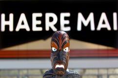 Maoriskulptur under tecken läser välkomnande i maori Fotografering för Bildbyråer