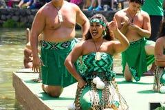Maoryjscy wykonawcy na kajakują pławik przy Polinezyjskim Kulturalnym centrum zdjęcie stock