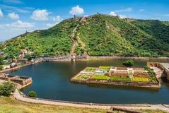 Maota sjö och trädgårdar av Amber Fort i Jaipur, Rajasthan, Indien Royaltyfri Foto