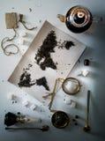 Mapa świat, wykładająca z herbacianymi liśćmi Eurasia, Ameryka, Australia, Afryka Rocznik cukier, notatka, krakers, łyżka wierzch Obraz Stock