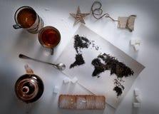 Mapa świat, wykładająca z herbacianymi liśćmi Eurasia, Ameryka, Australia, Afryka Rocznik cukier, notatka, krakers, łyżka wierzch Fotografia Royalty Free