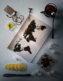 Mapa świat, wykładająca z herbacianymi liśćmi Eurasia, Ameryka, Australia, Afryka Rocznik cukier, notatka, krakers, łyżka wierzch Obrazy Royalty Free