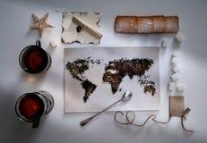 Mapa świat, wykładająca z herbacianymi liśćmi Eurasia, Ameryka, Australia, Afryka Rocznik ręcznik, cukier, notatka, krakers Obrazy Royalty Free