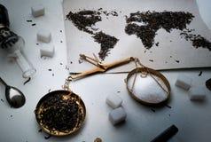 Mapa świat, wykładająca z herbacianymi liśćmi Eurasia, Ameryka, Australia, Afryka waży, odgórny widok Mieszkanie nieatutowy Zdjęcie Royalty Free