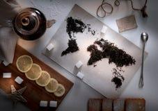 Mapa świat, wykładająca z herbacianymi liśćmi eureka zdjęcie royalty free