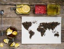 Mapa świat, wykładająca z herbacianymi liśćmi na starym papierze Eurasia, Ameryka, Australia, Afryka Rocznik herbata, filiżanka,  Obrazy Royalty Free