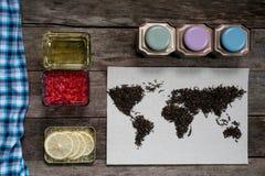 Mapa świat, wykładająca z herbacianymi liśćmi na starym papierze Eurasia, Ameryka, Australia, Afryka Rocznik herbata, ręcznik, mi Obrazy Royalty Free