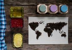Mapa świat, wykładająca z herbacianymi liśćmi na starym papierze Eurasia, Ameryka, Australia, Afryka Rocznik herbata, ręcznik, mi Zdjęcie Stock