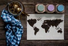 Mapa świat, wykładająca z herbacianymi liśćmi na starym papierze Eurasia, Ameryka, Australia, Afryka Rocznik herbata, ręcznik, i Zdjęcie Stock