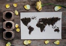 Mapa świat, wykładająca z herbacianymi liśćmi na starym papierze Eurasia, Ameryka, Australia, Afryka Rocznik herbata, wzrastał, c Fotografia Stock