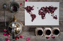 Mapa świat, wykładająca z herbacianymi liśćmi na starym papierze Eurasia, Ameryka, Australia, Afryka Rocznik poślubnik herbata, h Zdjęcie Royalty Free