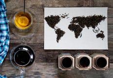 Mapa świat, wykładająca z herbacianymi liśćmi na starym papierze Eurasia, Ameryka, Australia, Afryka Rocznik zielona herbata, ręc Obrazy Royalty Free