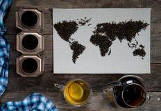 Mapa świat, wykładająca z herbacianymi liśćmi na starym papierze Eurasia, Ameryka, Australia, Afryka Rocznik zielona herbata, ręc Zdjęcie Royalty Free