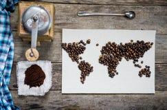Mapa świat, wykładająca z kawowymi fasolami na starym papierze Eurasia, Ameryka, Australia, Afryka Rocznik czarna kawa Zdjęcia Royalty Free